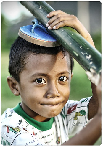 boy carrying bamboo on his head rural Pinoy Filipino Pilipino Buhay  people pictures photos life Philippinen  菲律宾  菲律賓  필리핀(공화국) Philippines