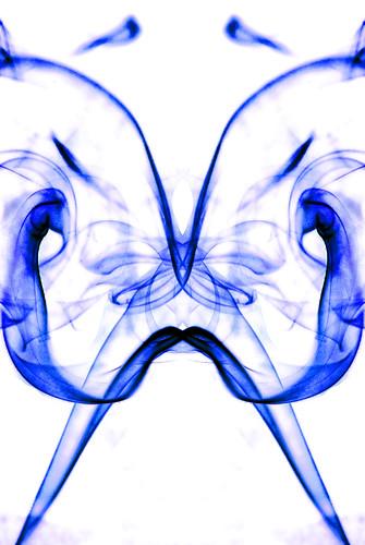 Humo azul que parece una imagen del Test de Rorschach