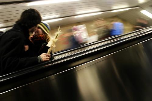 scène de métro praguois :  l'amour rend flou