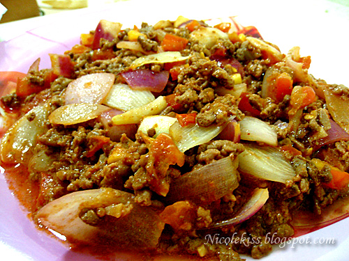 minced buffalo with onion and tomato cubes