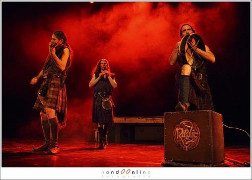 Figuur 19: De Nederlandse folkband Rapalje in het Parktheater, Eindhoven, op 28 december 2007. EOS 1DmkIII met 24-70mm f/2,8L. Een overzichtsfoto op 1/60sec met f/4,5 en ISO 2500