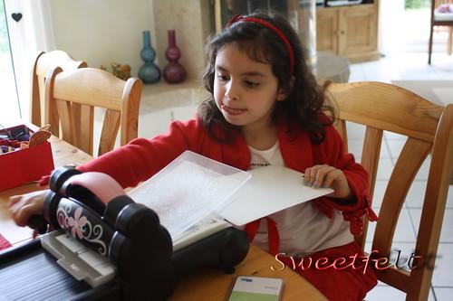 ♥♥♥  Maria at work!!! Ajuda da boaaaaaaa ... :) by sweetfelt \ ideias em feltro