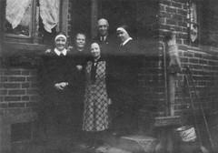 Gertrud Fink, Düren, vor dem Hause des Herrn Engelbert Knipprath (vorne Mitte)
