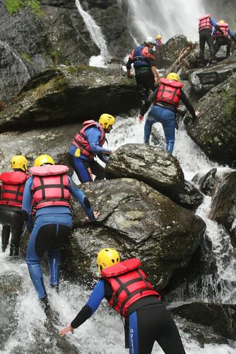 Salendo dentro la cascata Pojen presso Campo Tures Alto Adige