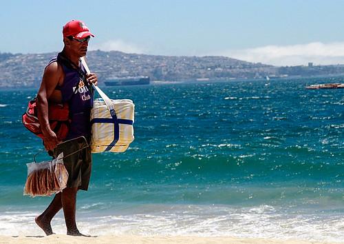 Vendedor de alimentos caminando en la playa