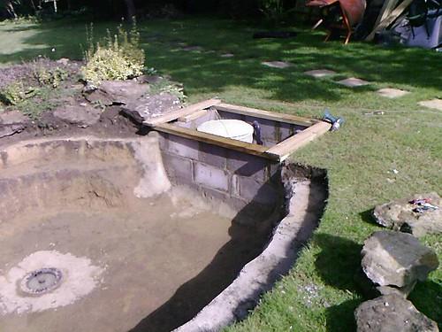 Bottom drains for ponds