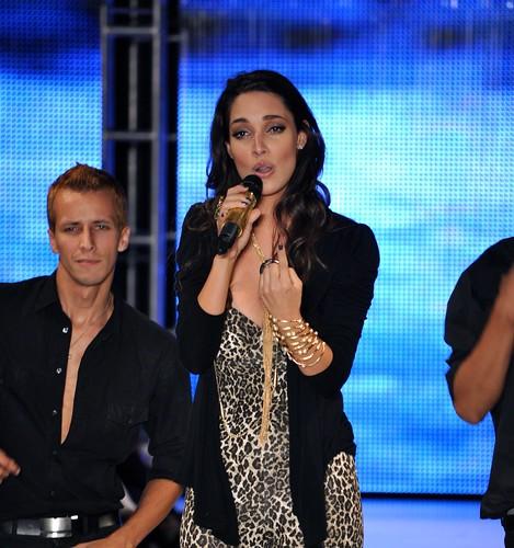 Amelia Vega cantando en Contruyendo sueños Puerto Rico