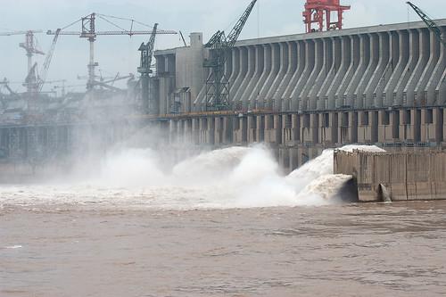 自然資源管理最大夢想非中國的三峽大壩工程莫屬,但其諸多對生態的衝擊正一一浮現;如誘發地震、滑坡和庫岸坍塌,支流出現水質優養化現象,也有人質疑上游重慶出現反常的大旱及水災,以及影響整個長江水系的水文循環。甚至日本沿海近年來遭巨型水母攻占,日本科學家認為,這也跟三峽大壩的建設有關,因為大壩開發使硅素沉積壩底,減少流入海洋的量,破壞了海洋食物鏈,也導致大量巨型水母和紅潮出現;攝影:EAJ/CC-BY