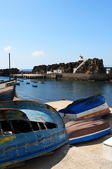 Fishing harbor in Cmara de Lobos (Fi20100) Tags: ocean blue sea vacation holiday portugal de boats bay harbor colorful honeymoon cliffs atlantic fishingboats lobos madeira atlanticocean camara 1740mm canonef1740mmf4lusm 1740 1740l ilmare cmaradelobos 17404 canonrebelxt350d 17404l