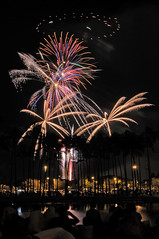 Crowded fireworks show at Ala Moana. (kentnish) Tags: beach hawaii 4th july honolulu afs park moana 1735mm july nikon hawaii kent 4th nikkor f28 fireworks 2009 d300 ala fireworks honolulu nishimura