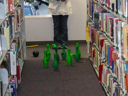 Boliche de aliens na biblioteca