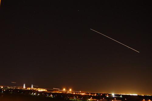 昼は飛行機雲、夜は飛行機の軌跡