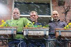 Happy Easter (CharlesFred) Tags: friends snow holland male men green boys dutch amsterdam easter spring balcony sneeuw nederland pots daffodil neve vrienden daffodils appearance pasen dutchmen pasqua amsterdamoost vrolijkpasen paaszondag balconia fransebalkon