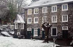 Wuppertal-Mirke: Schist-covered house in light snow fall (wwwuppertal) Tags: winter vintagecamera slate wuppertal schist schiefer vintagelens leicaiif mirke uncoatedlens leicathreadmount summar250mm