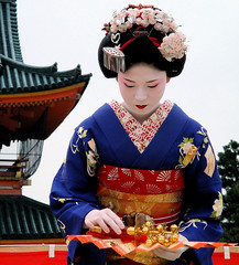 japanese / fan / dance / travel / woman / shrine : maiko (apprentice geisha) kyoto, japan (momoyama) Tags: travel blue woman colour girl beautiful beauty festival japan japanese fan dance costume kyoto shrine asia traditional culture 85mm maiko geiko geisha   kimono 2008 miyagawacho heianshrine fukuya kanzashi  reisai
