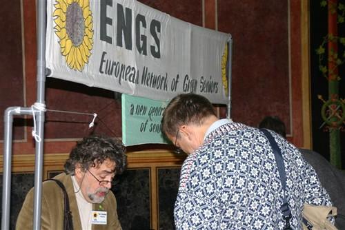 Tony Cooreman verstrekt uitleg aan het ENGS-standje in het parlement