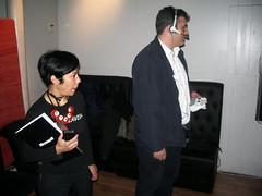 Lidia y Óscar charlando con Major Nelson