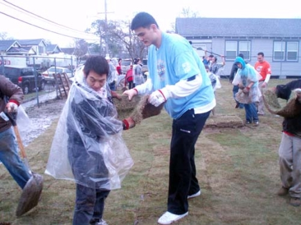 Click here for more photos of Yao with Jet Li volunteering ...