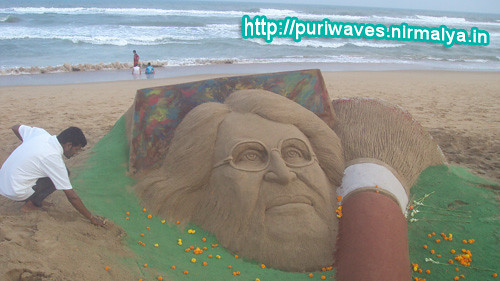 10ft long brush for M.F Husain, Sandy tribute by Sudarsan Pattnaik