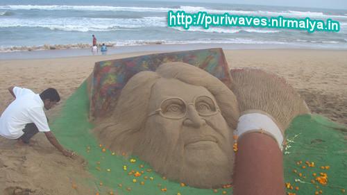 10ft long brush for M.F Husain, Sandy tribute by Sudarsan Pattnaik