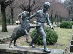 Junge mit Widder (mitue) Tags: bronze tierpark 1965 walterlerche