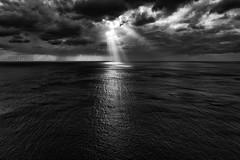 Desde el acantilado. (rmfly) Tags: acantilado mar sea nubes rayos sol mallorca nikond800e nikkor24mm14g