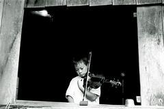 Afinao/ Tuning (Lucille Kanzawa) Tags: boy brazil brasil kevin violin janela msica menino violinist leiter comunidade violino simplicidade yuba comunity japanesecommunity vilonista comunidadejaponesa bemflickrbembrasil lucillekanzawa comunidadeyuba meninoafinandooviolino
