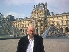 FreD. Cour Napoléon et pyramide du Louvre. Paris. (Only Tradition) Tags: bear gay 6 man paris france men scale frankreich cords bears hamilton bald 7 frança mature mpb frankrijk norwood 75 párizs francia corduroy franca careca parigi chauve malepatternbaldness glatze velours vellut velluto calvicie calvitie franciaország париж calb франция calvizie franţa chauves neotraditionalisme traditionalisme bársony cordsamt neotraditionalismus cappelat neotaditionalism kopaszság