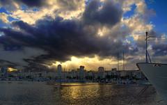 Santa Cruz tocada por la luz (Another way of looking) Tags: cloud santacruz sol muelle mar barco nubes yeico