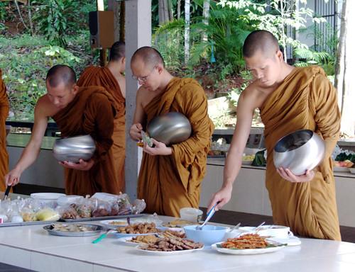 ארוחת בוקר במנזר: חזיר צלוי, עוף מטוגן, דגים