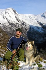 Under Blnipa. (storeknut) Tags: winter dog mountain norway vinter rifle hunting deer malamute hund weapon shooting jakt vpen alaskan bamse sogn skyting hjort fjrland polardog byabreen boyum byum blnipa br almenipa