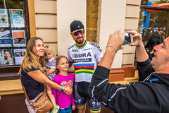 World Champion Peter Sagan Poses with a Family (Serendigity) Tags: tdu tourdownunder 2017 norwood australia race sa southaustralia adelaide stage4 cycling event
