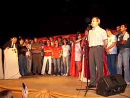 El Int. Lic. Sergio Cóser junto a los deportistas sobre el escenario central