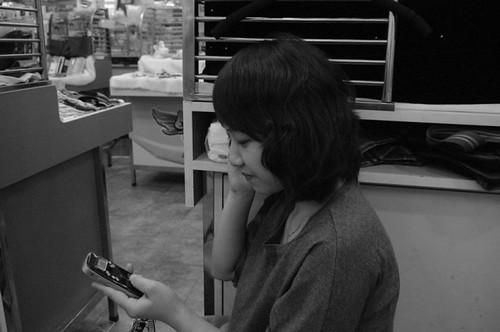 开店铺的年轻女子