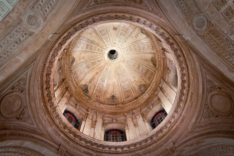 El techo  del Panteón Nacional de los Héroes aun no completamente restaurado para estas fiestas, a pesar de ello, sus detalles y tamaño lucen majestuosos.  (Elton Núñez - Asunción, Paraguay)