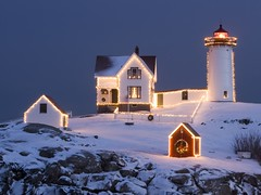 Cape Neddick, Maine (kruhme) Tags: schnee wallpaper usa lighthouse house snow faro luces casa pc foto nieve maine haus cape imagen beleuchtung fondodeescritorio calidad neddick 1024x768 hintergrundbilder capeneddick
