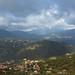 La lumière transperçant les nuages colore le flanc des collines kabyles