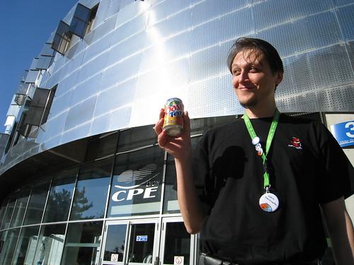Cedric Corazza, de FrenchMozilla, devant le bâtiment abritant les JDLL