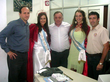 Reina y 2da. Princesa junto a Directivos de Cooperativa Agricola La Vencedora