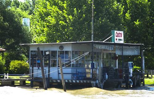 Gasolinera en el rio