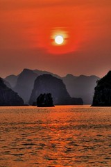 Halong Bay a UNESCO World Heritage (Vietnam): Sunset in Halong Bay (red dream colors)     (A Garazo / Ninakupenda images) Tags: ocean sunset red sea sun sol nature wow bay mar interesting rojo colorado asia sonnenuntergang heart quality dream best unesco panasonic vietnam fave more winner stunning greatshot favorita  unescoworldheritage impressive halong halongbay oceano puestasol baha coucherdusoleil ninakupenda highquality  goldenglobe    30faves  greatimage aplusphoto  diamondclassphotographer flickrdiamond betterthangood beautifullshot thebestofday gnneniyisi  flickrlovers thegalleryoffinephotography goldenvisions heartadwards garazo beautifullimages