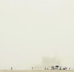 (Lara Alegre) Tags: barcelona beach earth playa barceloneta niebla liliput tierra