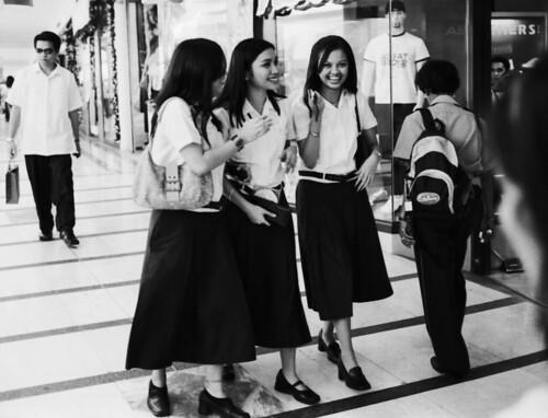 Glorietta Manila Makati schoolgirls walking commuting giggling smiling sidewalk street Buhay Pinoy Philippines Filipino Pilipino  people pictures photos life Philippinen