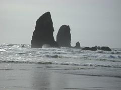 Cannon Beach Weekend (pete4ducks) Tags: travel beach water oregon rocks waves pacificocean pete oregoncoast cannonbeach haystackrock 2008 pete4ducks peteliedtke