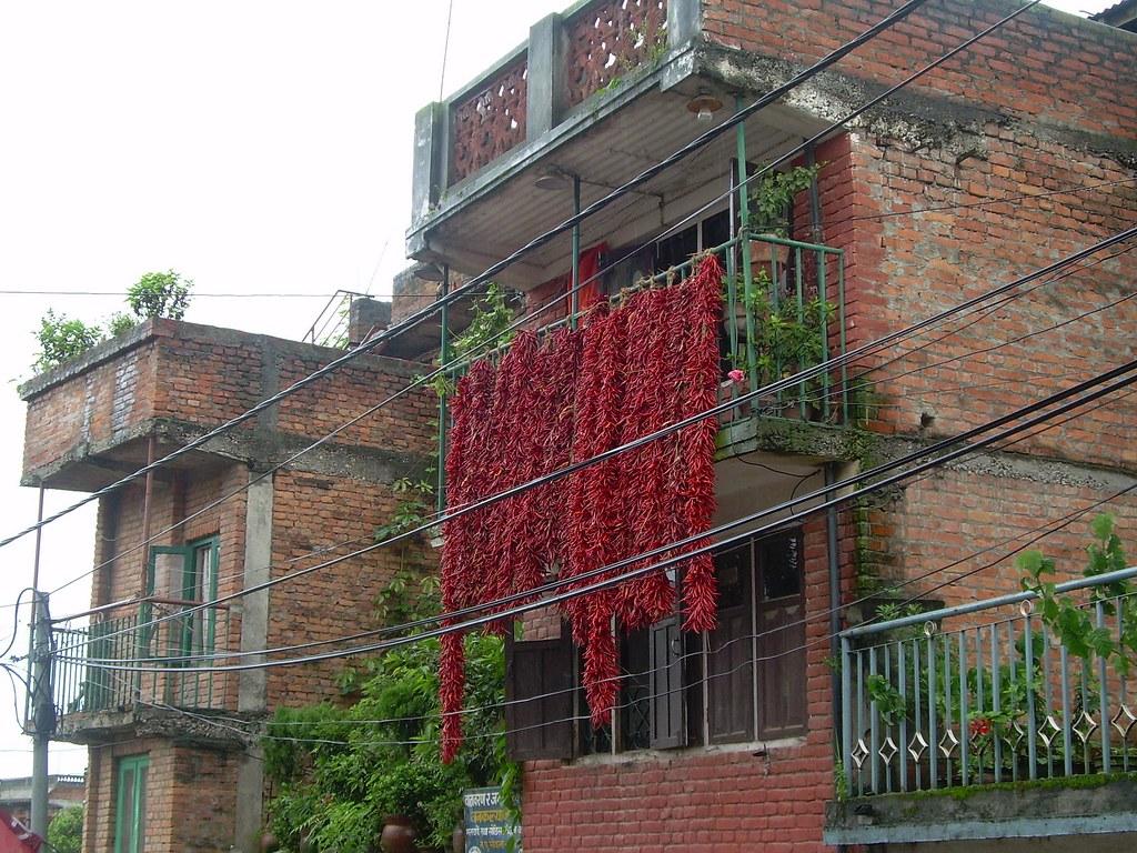 Guindillas rojas en los balcones de Khokana