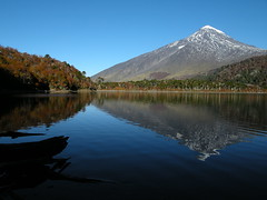 Laguna Huinfiuca y Volcn Lann (Mono Andes) Tags: chile autumn mountain lake trekking landscape backpacking andes otoo montaa cordillera parquenacional volcnlann chilecentral cordilleradelosandes regindelaaraucana parquenacionalvillarrica lagunahuinfiuca