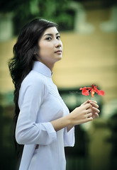 Phng hng 2 (TA.D) Tags: red portrait white flower girl beautiful beauty face nikon asia dress vietnam collection viet dai tad ao saigon nam hcmc hochiminh chandung d700 aodaivietnam phuonghong tuyettram