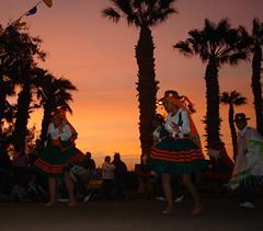 Bailes religiosos (*Ludmila*) Tags: plaza sol arbol atardecer rojo cielo sombrero palmera virgen jovenes bailes religiosos faldas
