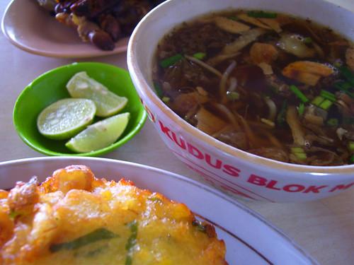 Un exemple de soto kudus, accompagné de quelques fritures et de brochettes, généralement de moules ou d'oeufs de caille (www.flickr.com/Chandra Marsono).