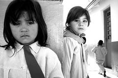 Ellas dos (roxboyer) Tags: tristeza estudio bn patio ojos tres jardín nenas miradas ellas digitalcameraclub blackwhitephotos miargentina